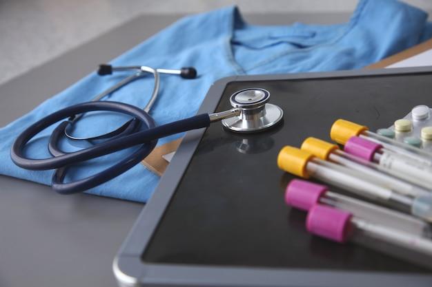 Arts blauw uniform, stethoscoop en etc accessoires.