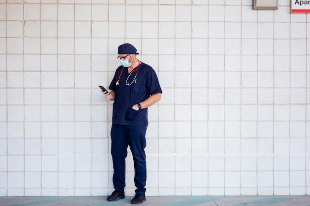 Arts buiten het ziekenhuis met behulp van slimme telefoon