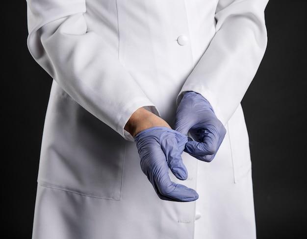 Arts chirurgische handschoenen aantrekken