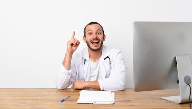 Arts colombiaanse man van plan om de oplossing te realiseren terwijl hij een vinger opheft