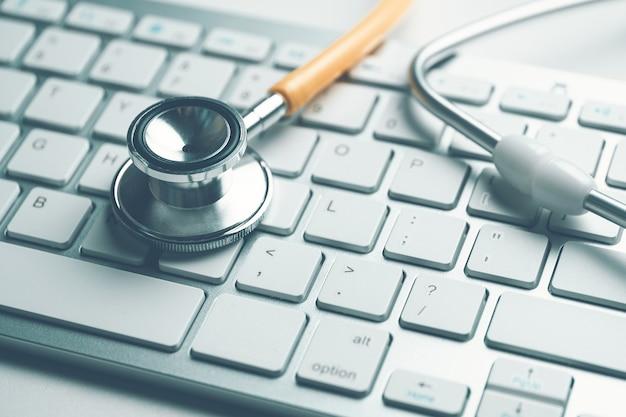 Arts contacten concept met stethoscoop op toetsenbord