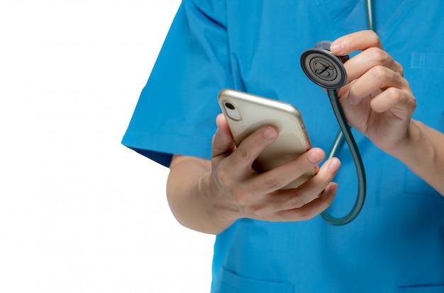 Arts controle mobiele telefoon door stethoscoop voor fix of reparatie en onderhoud smartphone concept. medische gezondheidszorg toepassingsconcept. virus en bug op mobiel worden gecontroleerd.