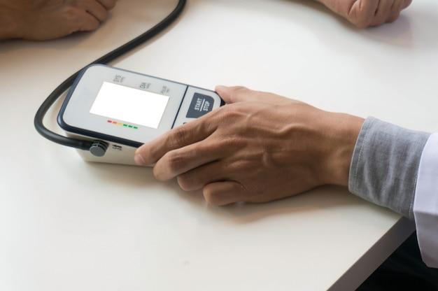 Arts controleren oude vrouw patiënten arteriële bloeddruk. gezondheidszorg.