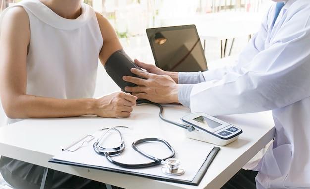 Arts controleren oude vrouw patiënten arteriële bloeddruk. gezondheidszorg