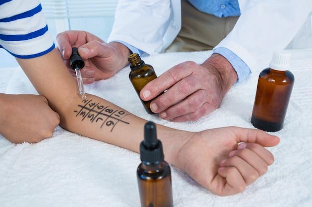 Arts die allergietest op huid uitvoert