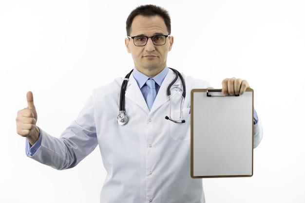 Arts die als teken toont dat leeg klembord houdt. goedgekeurd door artsenconcept