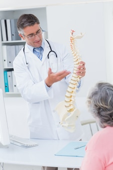 Arts die anatomische stekel naar vrouwelijke patiënt uitputtend