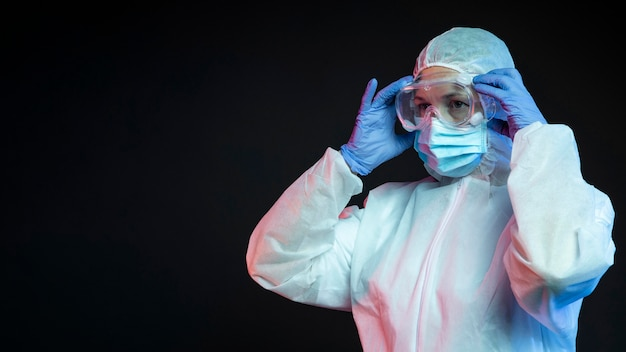 Arts die beschermende medische uitrusting draagt