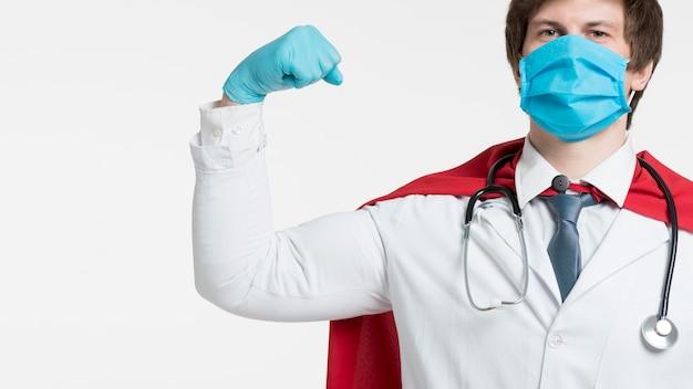 Arts die beschermingshandschoenen draagt