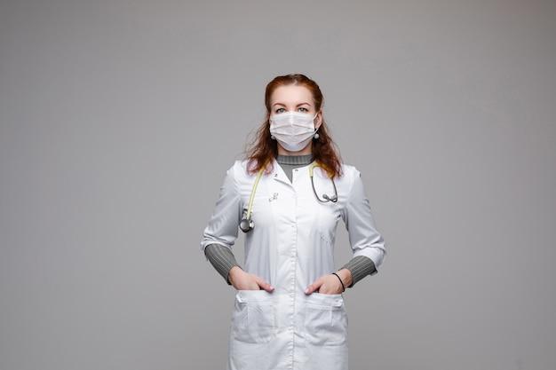 Arts die beschermingsmasker en witte laag draagt.