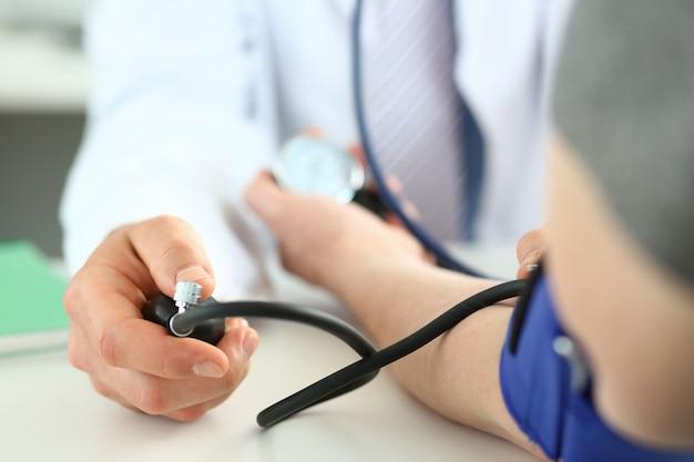 Arts die bloeddruk controleert