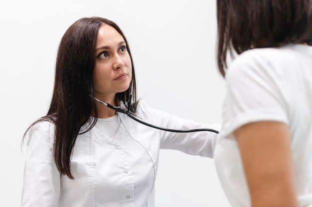 Arts die de gezondheid van patiënten controleert