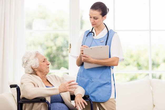 Arts die de gezondheid van patiënten thuis controleert