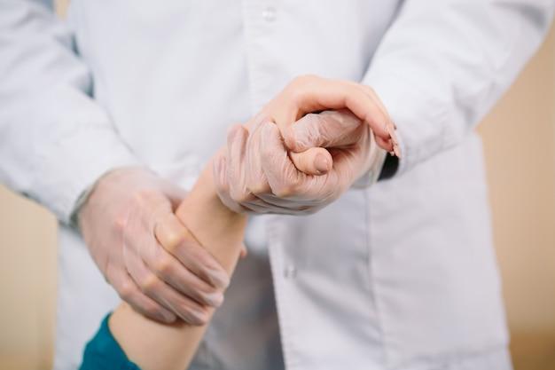 Arts die de hand van het meisje houdt