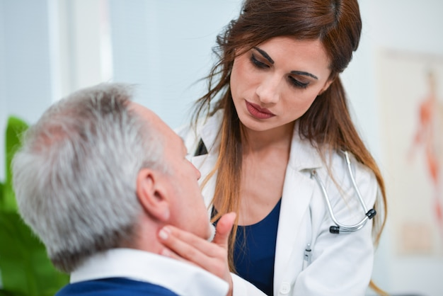 Arts die de lymfeknopengrootte van haar patiënt controleert
