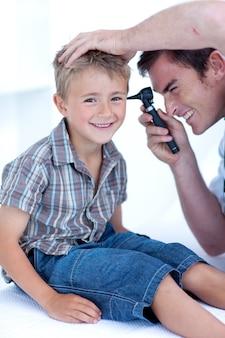 Arts die de oren van een patiënt controleert