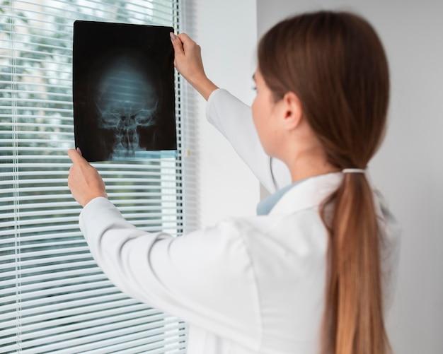 Arts die de röntgenfoto van de patiënt controleert