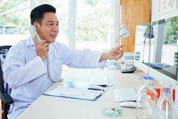 Arts die diagnose op telefoon bespreekt
