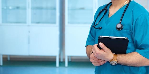 Arts die digitale tablet gebruikt, vindt informatie over de medische geschiedenis van de patiënt in het ziekenhuis. medisch technologieconcept. achtergrond brede promotionele banner.