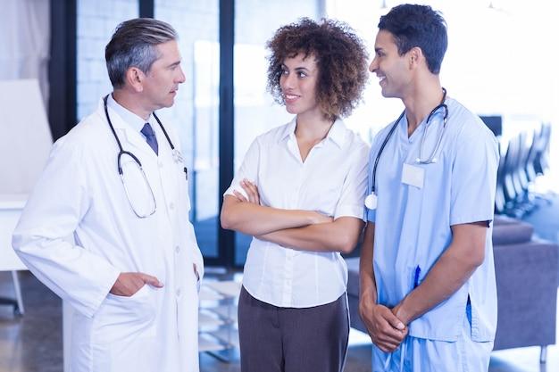 Arts die een bespreking met collega's in het ziekenhuis heeft