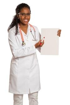 Arts die een blanco bedrijf of een bezoekkaart houdt