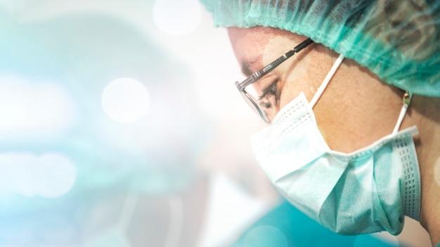 Arts die een chirurgisch masker draagt om infectie met het coronavirus te voorkomen