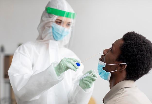 Arts die een coronavirus-testmonster neemt