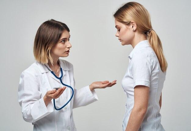 Arts die een geïsoleerde patiënt onderzoekt