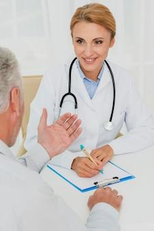 Arts die een gesprek met patiënt heeft
