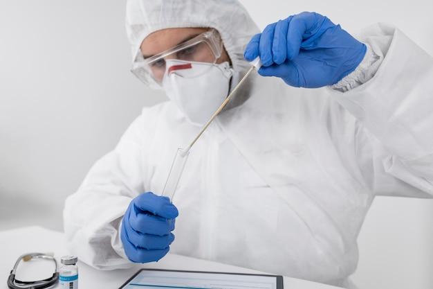 Arts die een gezichtsmasker en chirurgische handschoenen draagt