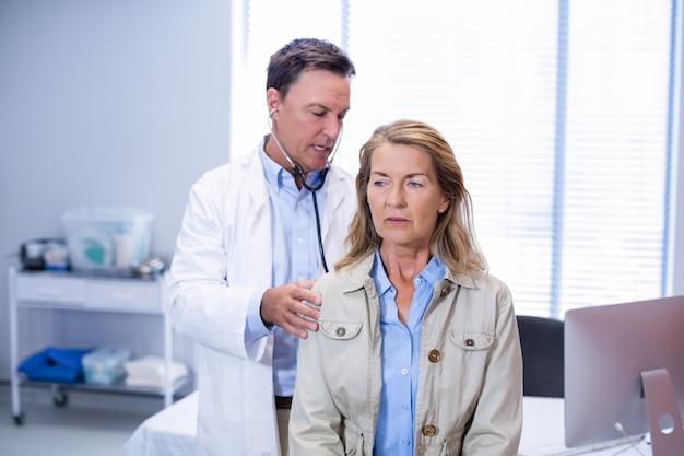 Arts die een hogere vrouw onderzoekt
