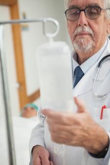 Arts die een intraveneus infuus controleert