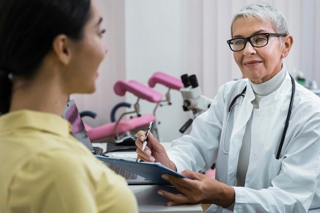 Arts die een patiënt in haar kantoor raadpleegt