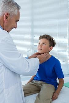 Arts die een patiënt onderzoekt