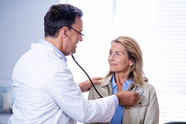 Arts die een vrouwelijke patiënt onderzoekt