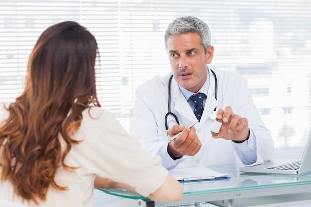 Arts die ernstig met zijn patiënt spreekt