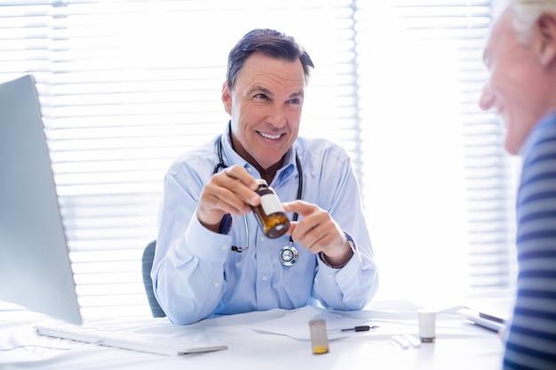 Arts die geneeskunde verklaart aan hogere patiënt