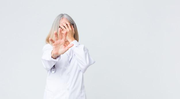 Arts die gezicht behandelt met hand en andere hand vooraan zet