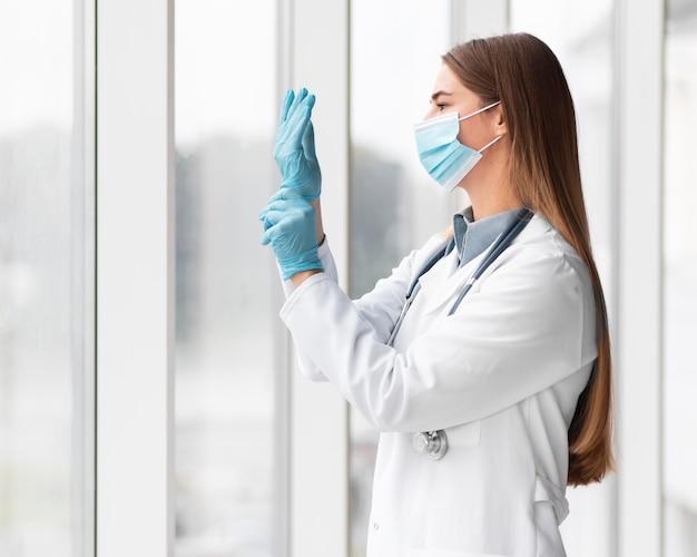 Arts die gezichtsmasker draagt in het ziekenhuis