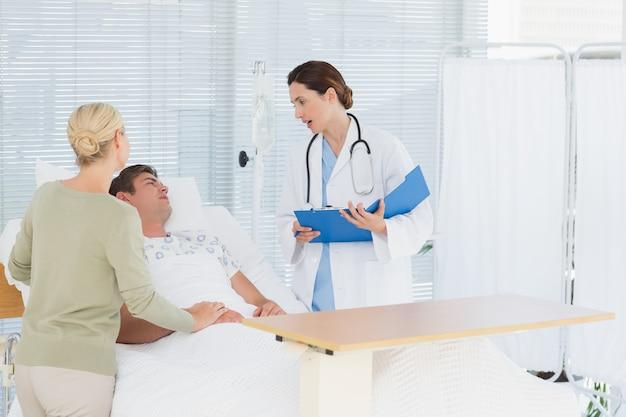 Arts die haar patiënt controleert