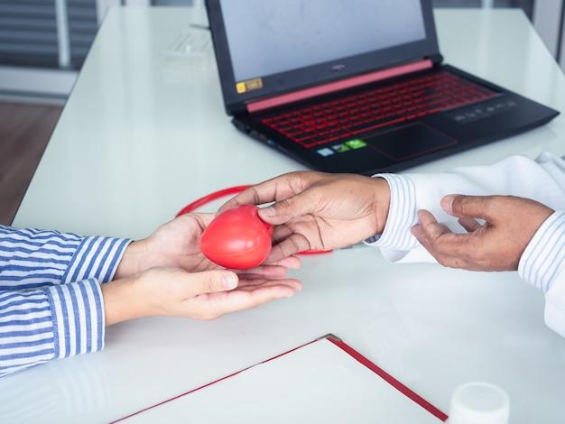 Arts die hart geeft aan patiënt