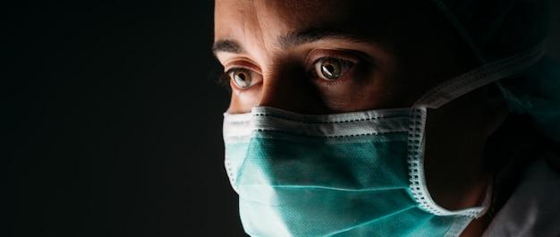 Arts die het gezichtsmasker van de bescherming draagt tegen coronavirus.