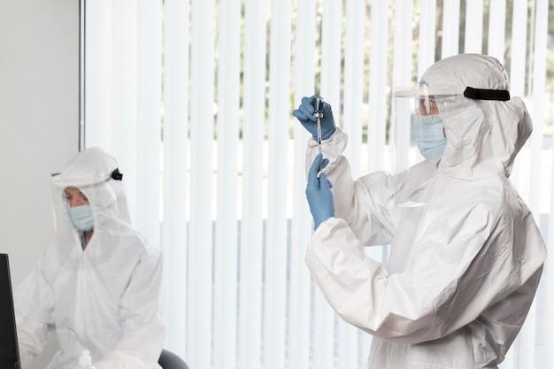Arts die het vaccin voor een patiënt voorbereidt