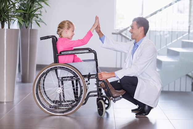 Arts die high five geeft om meisje uit te schakelen