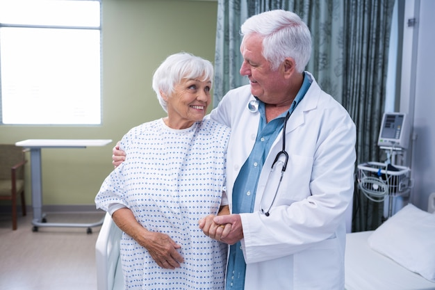 Arts die hogere patiënt bijstaat in het ziekenhuis