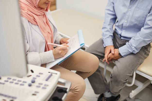 Arts die hogere patiënt controleert