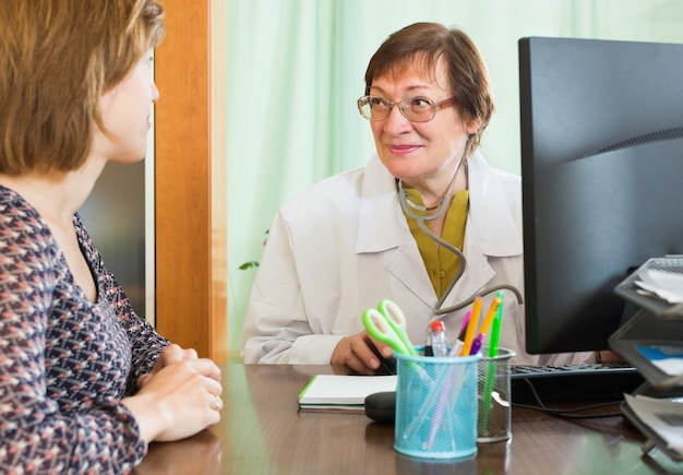 Arts die informatie over patiënt opneemt