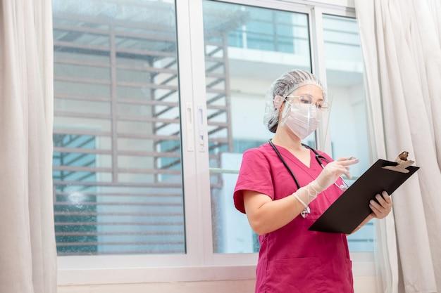 Arts die informatie over patiënten controleert