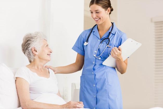Arts die lijdende hogere patiënt thuis behandelen