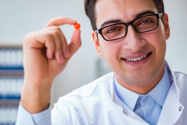 Arts die medicijnen in het lab